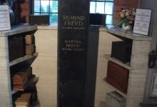 Davanti alla tomba di Sigmund Freud